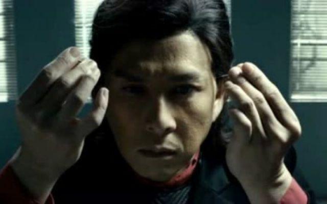 冰封:重生之门:甄子丹对自己也太狠了,整个脸变形,这就是易容术?