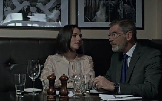 英伦对决:男子和情人在餐厅亲热,没想到被人拍下用来威胁他!