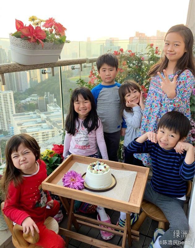 陈浩民绿洲晒家庭日常 孩子们围绕蛋糕笑容灿烂