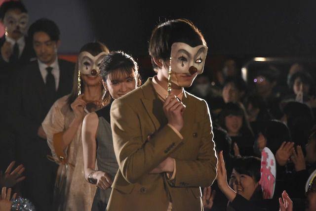 电影《假面病栋》举行试映会 永野芽郁等戴面具出场