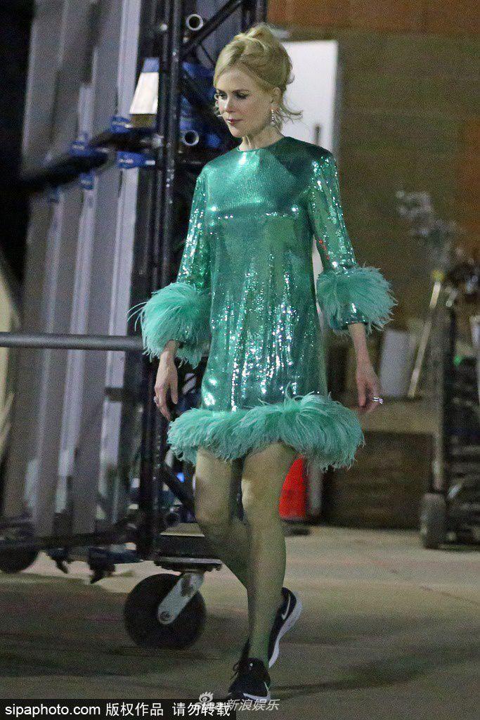 妮可-基德曼现身电影拍摄现场 绿色亮片裙秀纤细身材