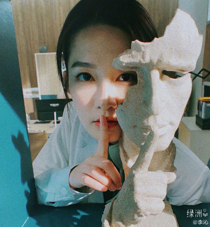 李沁绿洲模仿面具拍照文艺清新 着医生制服职业感十足