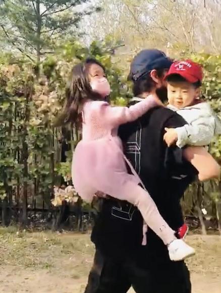 陈坤带侄子侄女春游 脸上洋溢的幸福挡不住