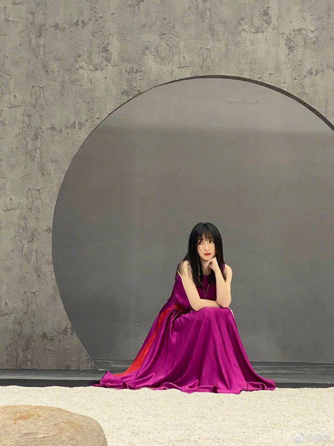 柳岩分享最新大片温柔文静 穿玫红色丝质长裙展轻熟魅力