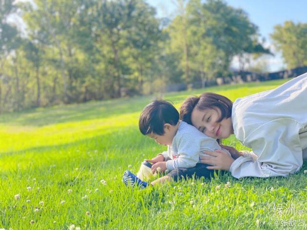 张歆艺晒亲子合影 与四坨草坪上玩耍温馨有爱