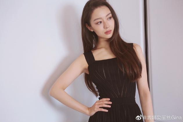 吉娜穿黑色吊带裙气质优雅 大秀蚂蚁腰破怀孕传闻