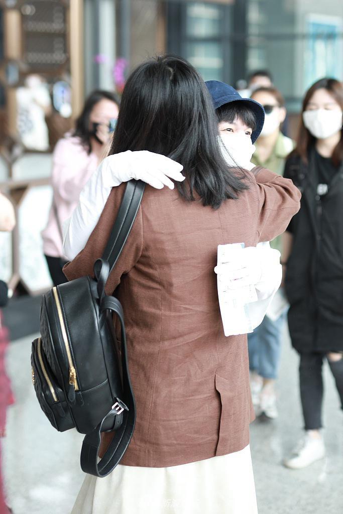 周深机场遇好友柳岩 热聊不断互相鞠躬太有爱