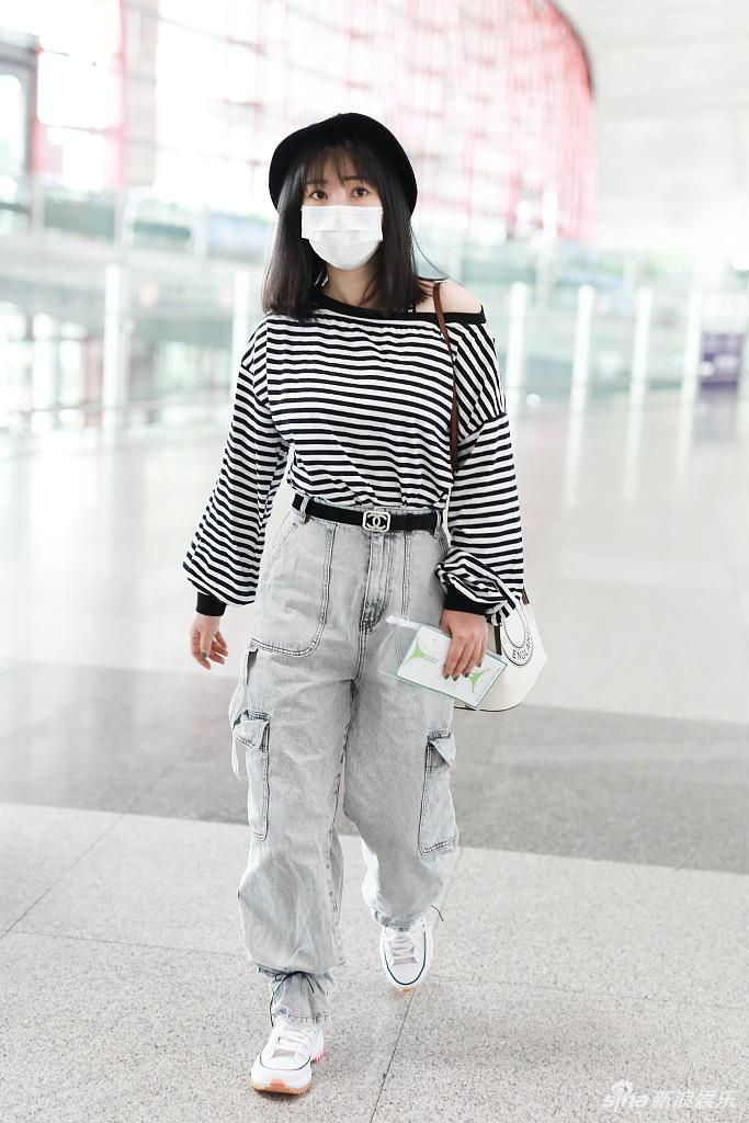 柳岩露香肩笑眼盈盈 机场偶遇费启鸣一路热聊