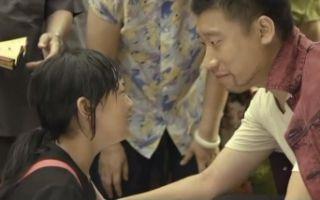 亲亲哒:爸爸受伤了女孩伤心痛哭,真感人!