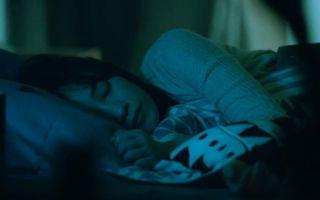 夜半惊魂!独居美女沉睡之时遭变态面具人撩拨