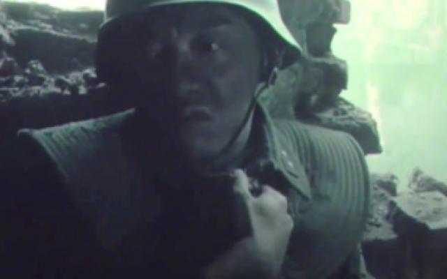 八佰:郑恺仅仅出场两分钟,就猛戳观众泪点,背着炸药包炸光日本人