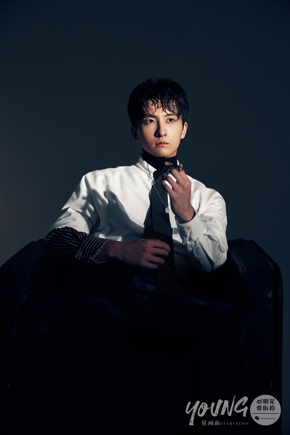 牛骏峰湿发穿白衬衫尽显绅士风格 暗黑背景增添神秘色彩