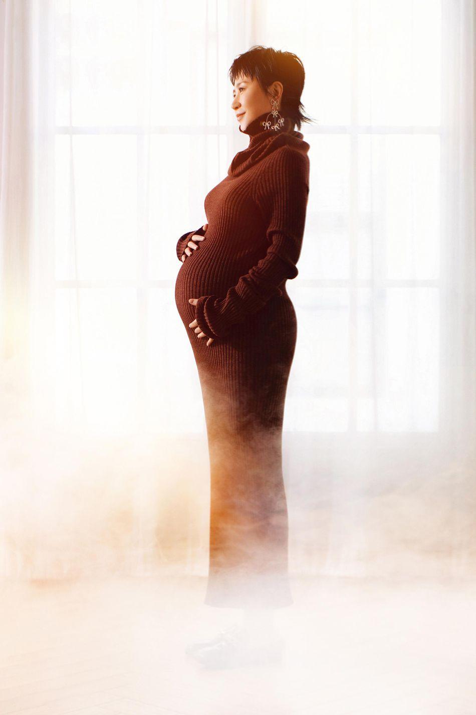 马丽曝孕肚写真曲线曼妙 温暖柔光中散发母爱光芒