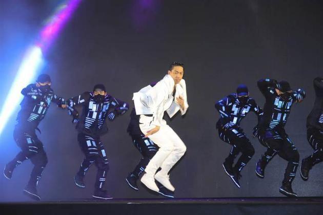 AKIRA亮相台北秀舞技 被追问与林志玲生子进度