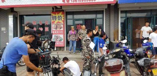《刘老根3》片场赵本山范伟拥抱拍脸,破不和传言!