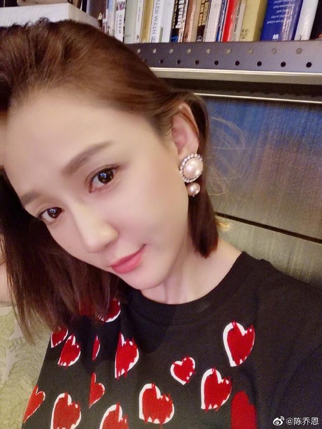 陈乔恩晒甜美自拍珍珠耳环抢镜 被赞美得不像本人