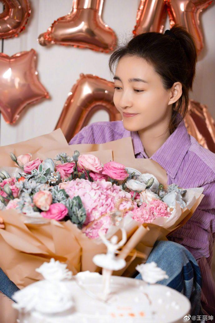 """王丽坤晒生日照幸福甜蜜 坐气球中间墙上""""18""""亮眼"""