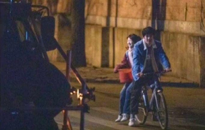 《平原上的摩西》曝路透 刘昊然骑单车载周冬雨画面很有年代感
