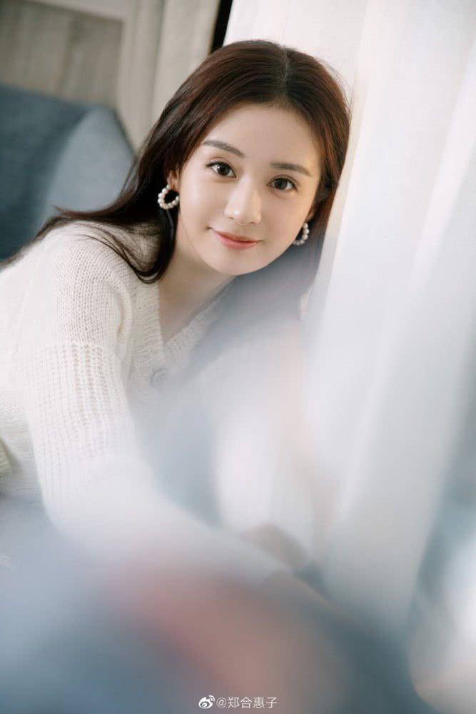 郑合惠子身穿白色针织衫清新有活力 长发披肩温柔甜美