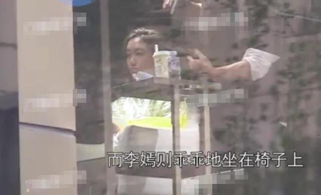 王菲14岁女儿现身理发店,衣着潮流显细腰,继承天后美貌