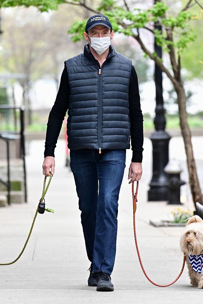 休杰克曼戴口罩外出 带家人出游不忘心爱宠物狗