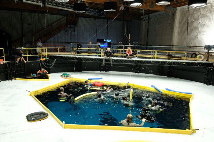 《阿凡达2》曝片场照 卡梅隆指导演员水下表演