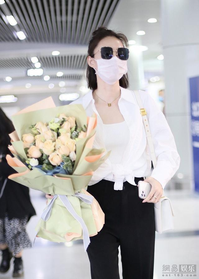 王丽坤穿黑白简装干练飒爽 获粉丝接机送花
