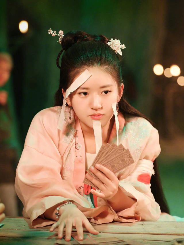 《传闻中的陈芊芊》开播,剧情搞笑获好评,赵露思红衣造型惊艳亮相