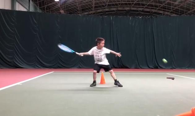 杜江骄傲晒儿子打网球视频 嗯哼步伐敏捷专业十足