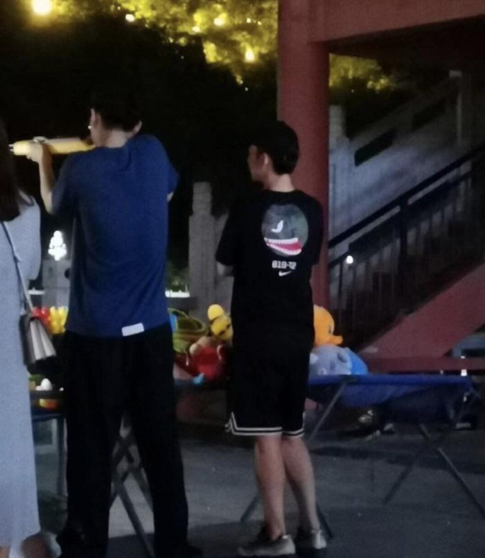 刘昊然带董子健街边打气球 穿着休闲随性拿枪姿势熟练