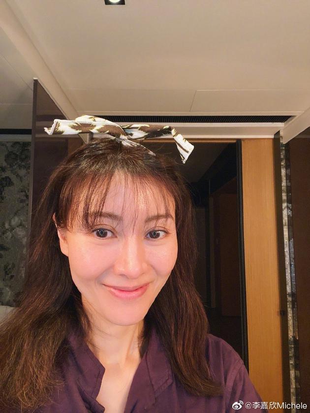 李嘉欣尝试齐刘海发型 粉丝:气质女神不适合这发型