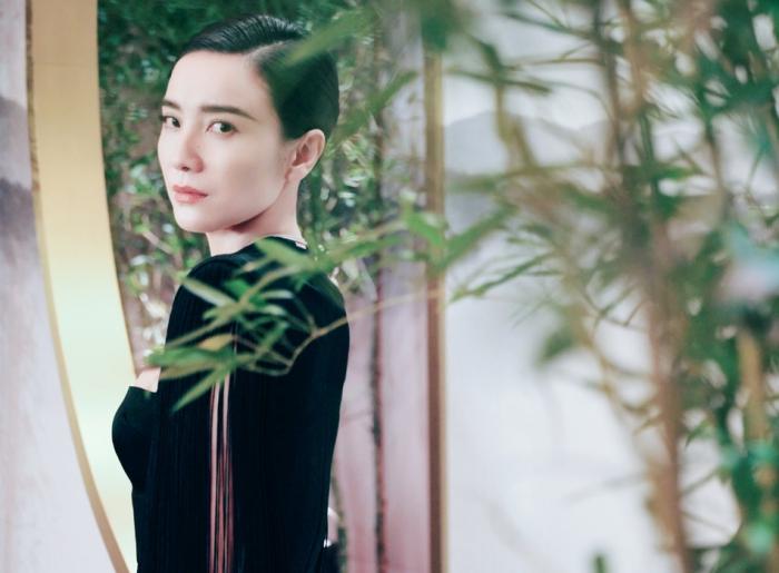 宋佳黑裙优雅大气 竹林下回眸似是诗画意人