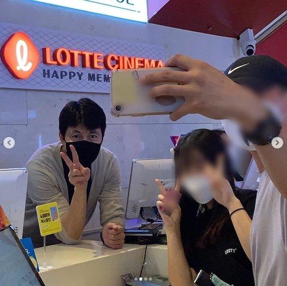 郑雨盛影院兼职售票员宣传新片《铁雨2》