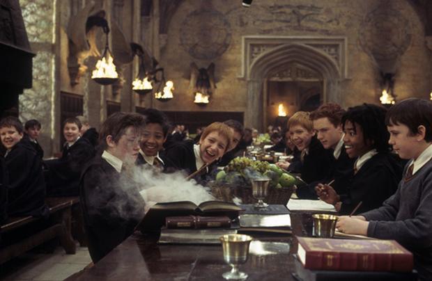 """《哈利波特与魔法石》曝""""神奇咒语""""版片段,全球总票房已破10亿美元"""