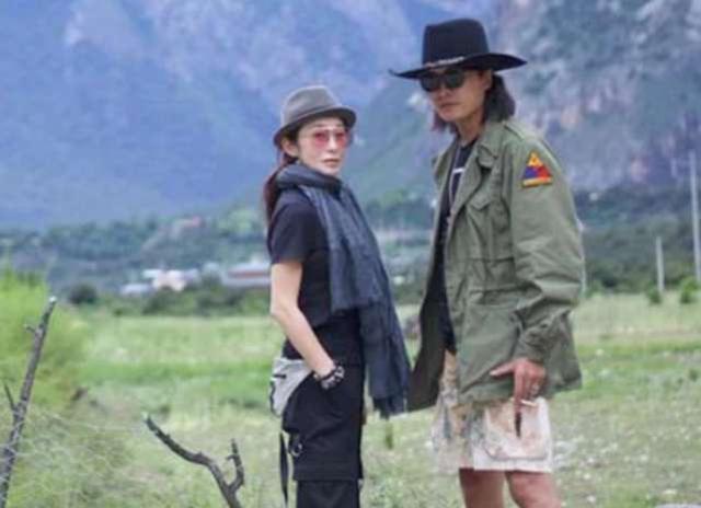 张敏与小10岁男友罕见同框 消瘦略显憔悴