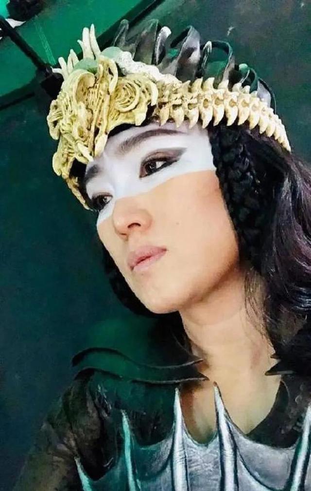 巩俐《花木兰》演最大反派气场甩刘亦菲,脸涂油漆头戴骷髅