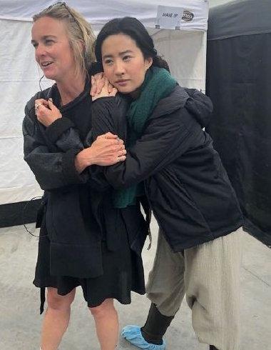 《花木兰》时的幕后照片  刘亦菲素颜亮相