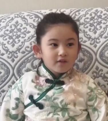 郑希怡女儿唱《我和我的祖国》 声音稚嫩模样可爱