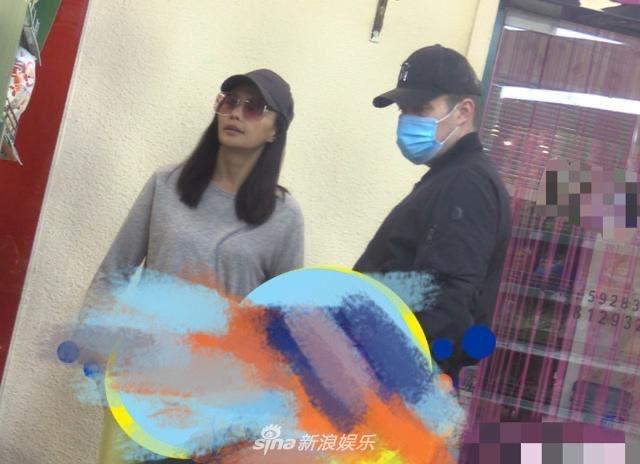 吴奇隆前妻马雅舒和丈夫逛超市 两人形影不离好恩爱