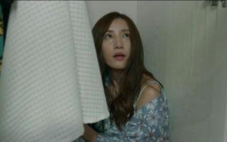调皮七七竟躲藏在衣柜中 她不信自己父亲去世
