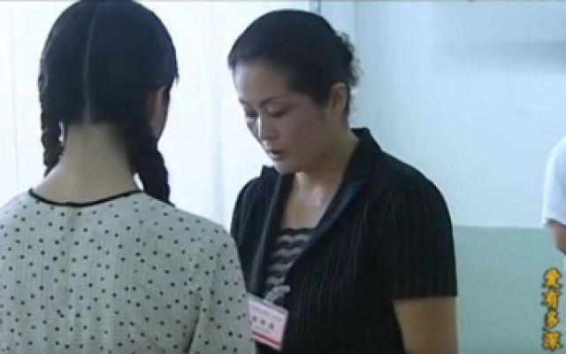 """高考作弊女孩考试被抓""""现行"""",哭着求原谅"""