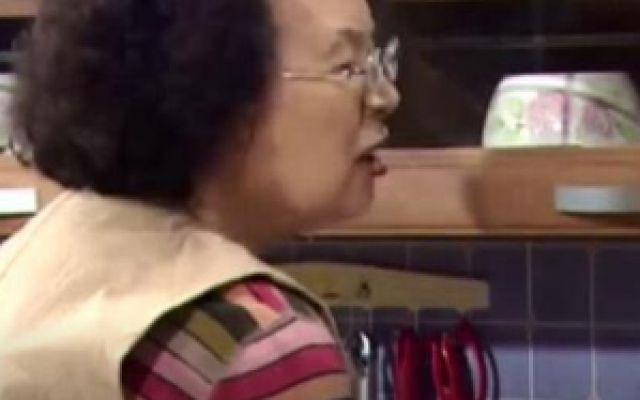搞笑一家人:奶奶闹着要过白色情人节,爷爷送了一浴缸的糖果