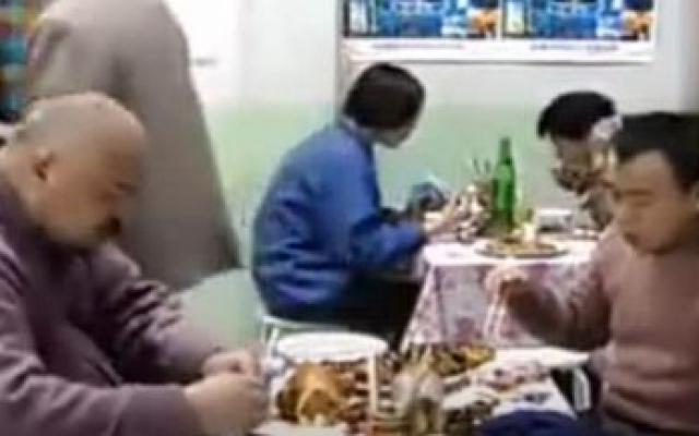东北一家人:牛永贵陪舅舅潘长江吃饭喝酒,结果自己却喝趴了